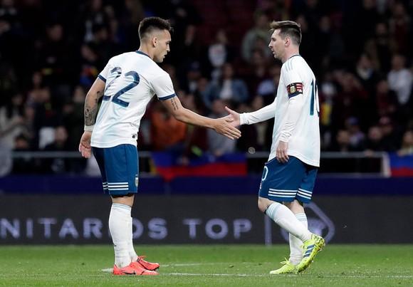 Lauraro và đàn anh Lionel Messi