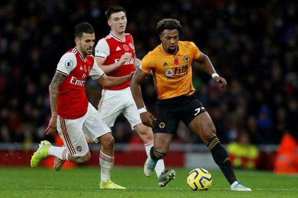 Adama Traore đi bóng trước hàng thủ Arsenal