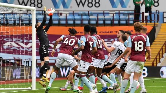 Thủ thành Aston Villa đã phạm sai lầm khi đón quả đá phạt