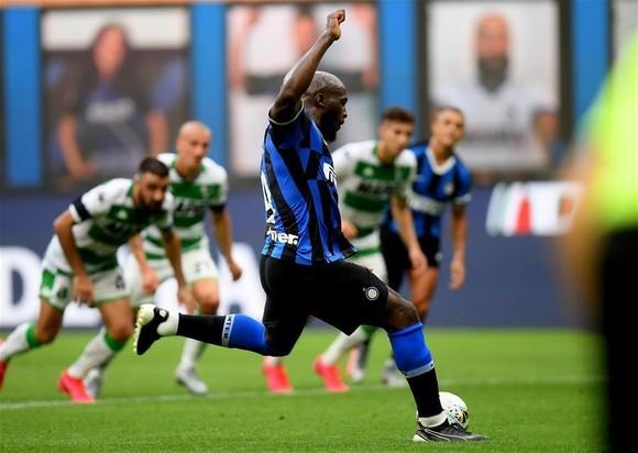 Romelu Lukaku sút thắng quả 11m cho Inter Milan trong trận hòa Sassuolo 3-3