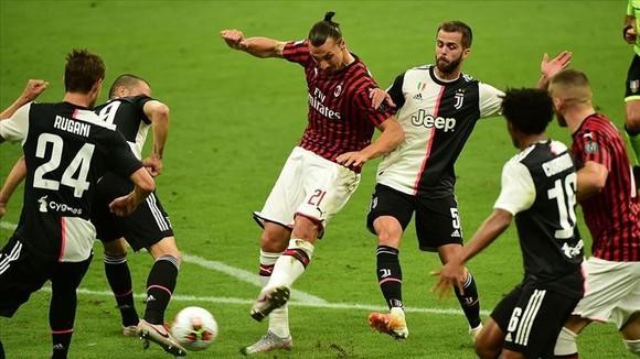 Zlatan Ibrahimovic đưa bóng vào lưới Juventus trong hiệp 1
