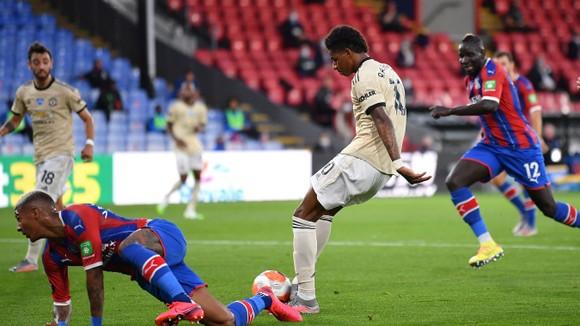 Kết quả và xếp hạng Ngoại hạng Anh vòng 36: Thắng Palace, Man United bắt kịp Leicester ảnh 2