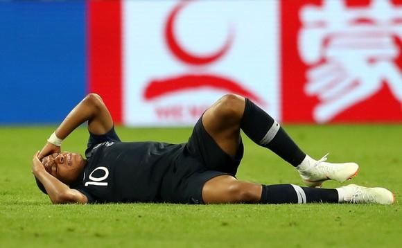 Kylian Mbappe đau đớn lăn lộn trên sân
