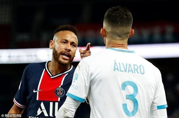 Neymar đã đánh trộm sau gáy hậu vệ Alvaro