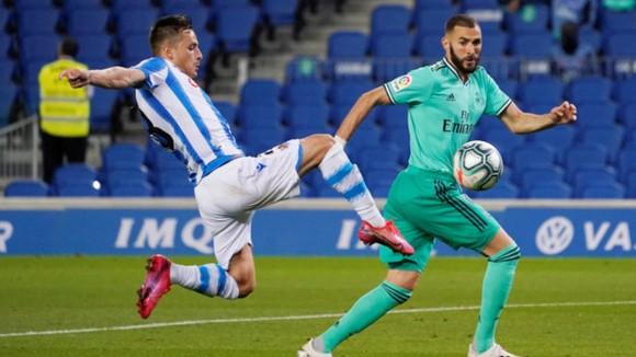 Karim Benzema vượt qua hậu vệ Sociedad mùa trước
