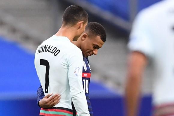 Ronaldo dương tính với Covid-19, bỏ lỡ trận gặp Messi ở Champions League  ảnh 1
