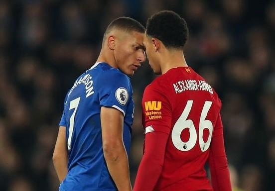 Richarlison (Everton) và Alexandre-Arnold (Liverpool)