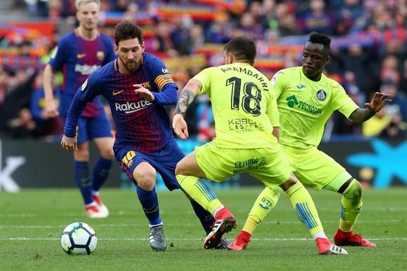 Lionel Messi đi bóng qua hàng thủ Getafe