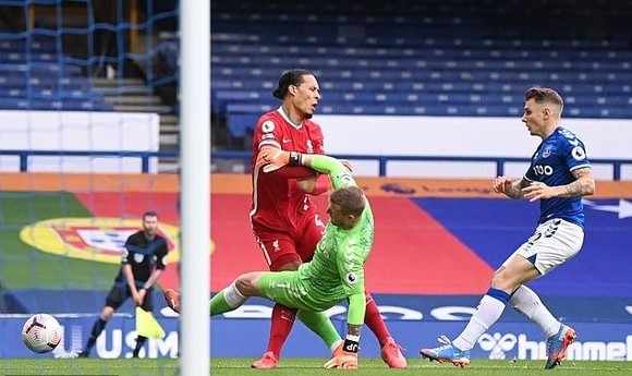 Pickford có thể bị treo giò 3 trận vì cú tắc bóng khủng khiếp gây chấn thương cho Van Dijk ảnh 1