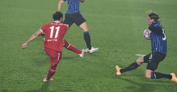 Mo Salah sút tung lưới Atalanta
