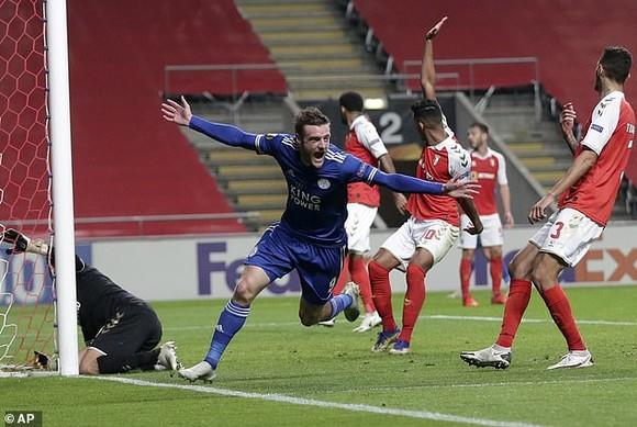 Jamie Vardy ghi bàn gỡ 3-3 trước Braga giúp Leicester đoát vé vào vòng 32 Europa League