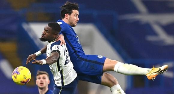 Ben Chiwell tranh bóng với hậu vệ Tottenham