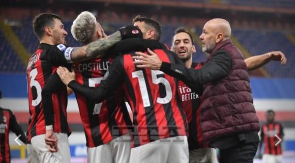 HLV Stefano Pioli ăn mừng chiến thắng cùng các học trò