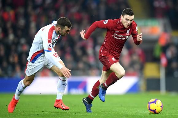 Andy Robertson với những sải chân thoăn thoắt ở cánh trái.