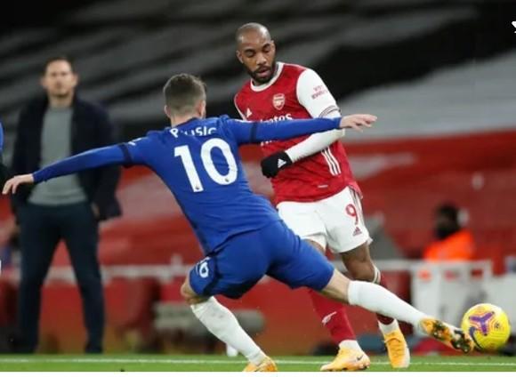 Alexandre Lacazette đi bóng trước hậu vệ Chelsea
