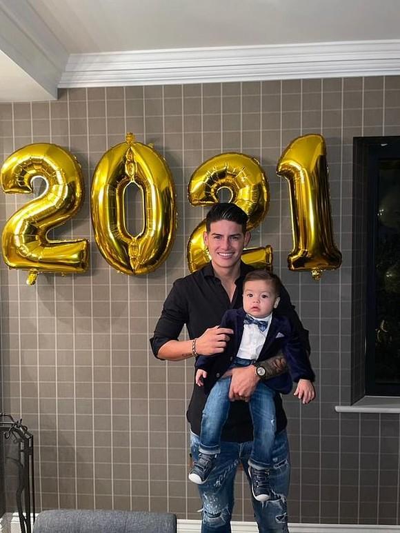 Cristiano Ronaldo và Luis Suarez đón năm mới 2021 cùng gia đình, Jordan Henderson nhâm nhi một mình đêm giao thừa ảnh 6