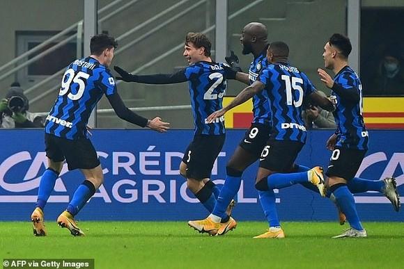 Các cầu thủ Inter ăn mừng chiến thắng