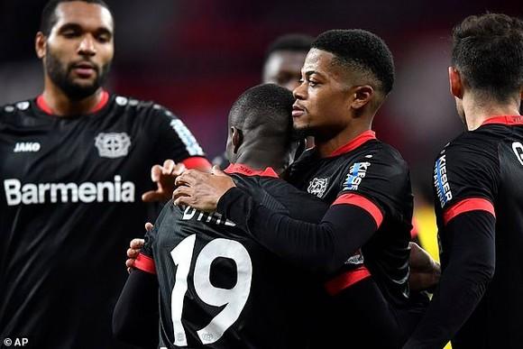 Các cầu thủ Leverkusen mừng chiến thắng