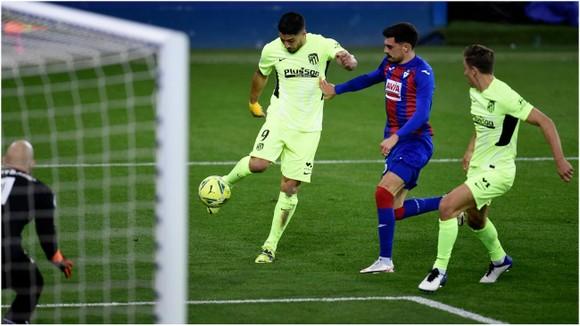 Luis Suarez là món quà Barcelona tặng Atletico để vô địch La Liga ảnh 1