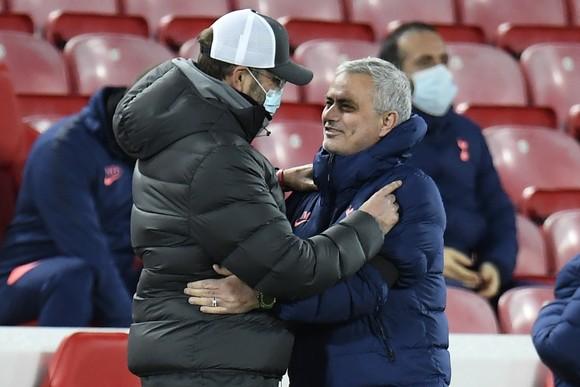 Jose Mourinho và Jurgen Klopp (trái)