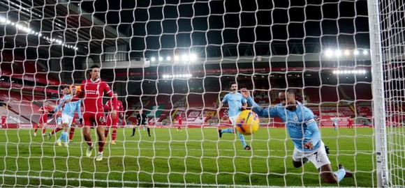 Phil Foden tỏa sáng giúp Manchester City nhấn chìm pháo đài Anfield ảnh 4