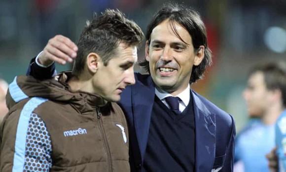 Simone Inzaghi (phải) và người bạn cũ Miroslav Klose (Bayern)