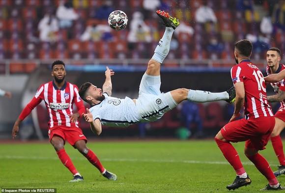 Cú ngã bàn đèn tuyệt diệu của Olivier Giroud trước Atletico