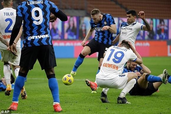 Pha ghi bàn của Milan Skriniar
