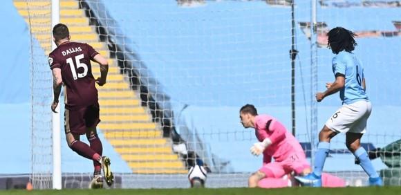 Dallas ghi cú đúp giúp 10 cầu thủ Leeds thắng sốc trước Man City ảnh 1