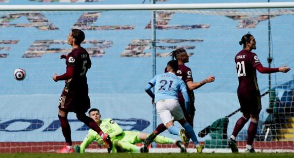 Dallas ghi cú đúp giúp 10 cầu thủ Leeds thắng sốc trước Man City ảnh 2
