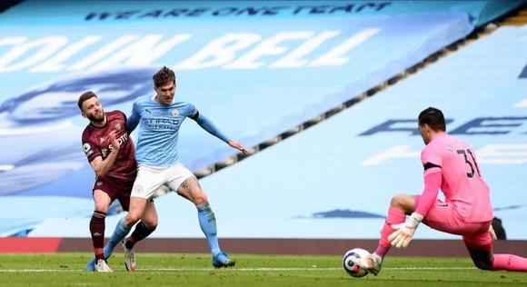 Dallas ghi cú đúp giúp 10 cầu thủ Leeds thắng sốc trước Man City ảnh 3