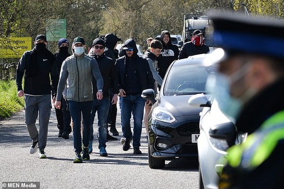 Đoàn người kéo đến sân tập Carrington