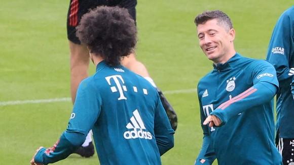 Robert Lewandowski (phải) chỉ còn cách kỷ lục 4 bàn thắng