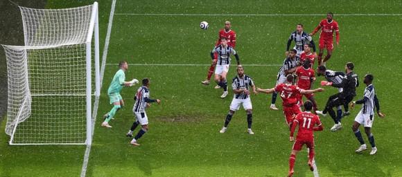 Thủ thành Alisson ghi bàn phút cuối, Liverpool sống lại hy vọng tốp 4 ảnh 5