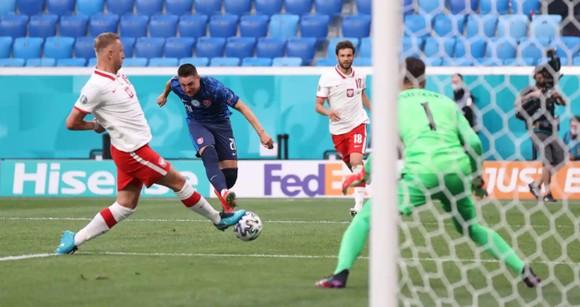 Ba Lan – Slovakia 1-2: Lewandowski mất dạng, Milan Skriniar nhấn chìm 10 cầu thủ Ba Lan ảnh 1