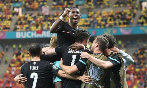Alaba và tuyển Áo ăn mừng chier61n thắng ở Bucharest