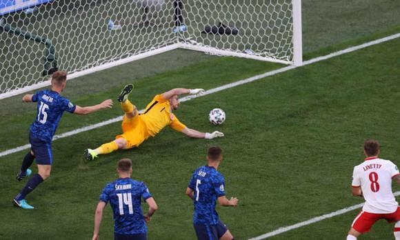 Ba Lan – Slovakia 1-2: Lewandowski mất dạng, Milan Skriniar nhấn chìm 10 cầu thủ Ba Lan ảnh 3