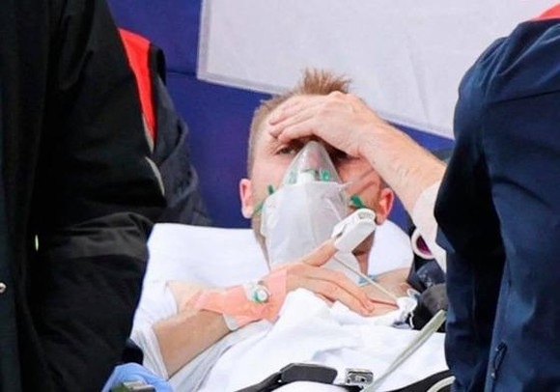 Christian Eriksen hồi tỉnh sau 13 phút cấp cứu ca trụy tim