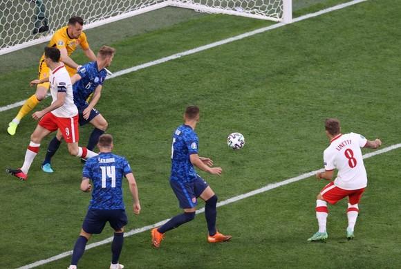 Ba Lan – Slovakia 1-2: Lewandowski mất dạng, Milan Skriniar nhấn chìm 10 cầu thủ Ba Lan ảnh 2