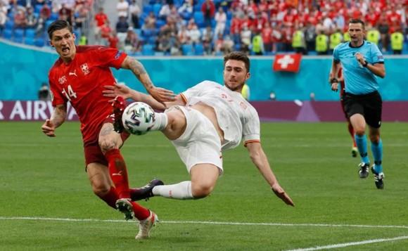Trung vệ Laporte cản phá pha đi bóng của tiền đạo Thụy Sĩ