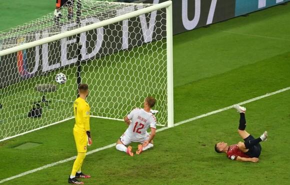 CH Séc – Đan Mạch 1-2: Lính chì hiên ngang vào bán kết, Schick bắt kịp Ronaldo ảnh 2