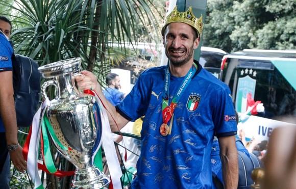Giorgio Chiellini mang cúp Euro về Rome