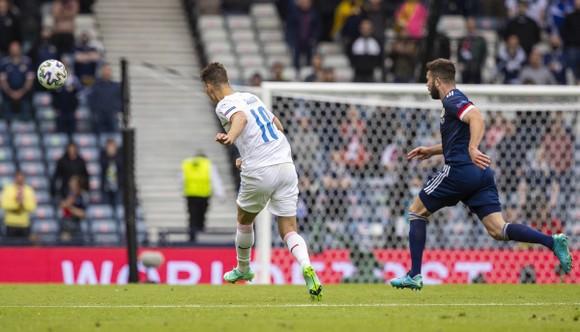 Cú sút xa của Patrik Schick vào lưới Scotland là bàn thắng đẹp nhất Euro 2020 ảnh 1
