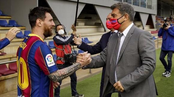 Ronaldinho giải thích tại sao Messi phải tiếp tục ở lại Barcelona ảnh 1