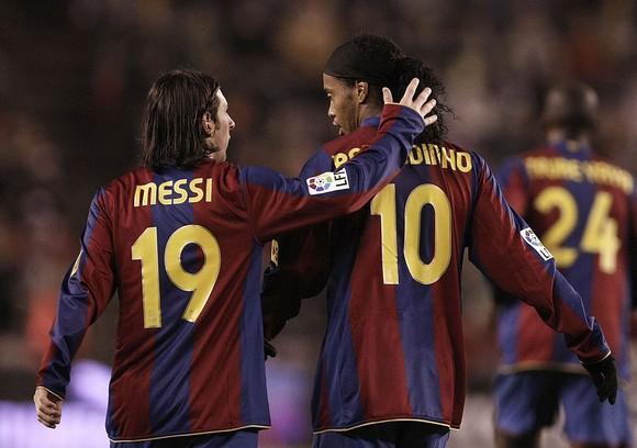 Ronaldinho tin rằng Messi sẽ ở ;lại để khioe61nh số 10 Barcelona trở thành bất tử