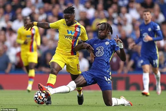 Trevoh Chalobah (phải) tranh bóng với tiền đạo Crystal Palace