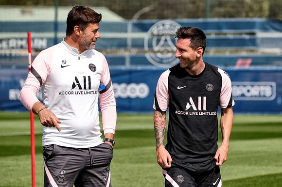 HLV Mauricio Pochettino và Leo Messi trên sân tập