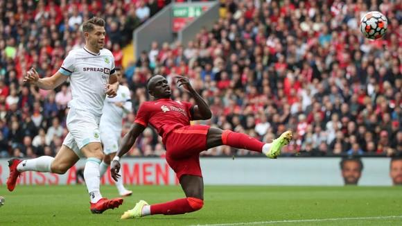 Sadio Mane ghi bàn trong chiến thắng 2-0 ở Anfield