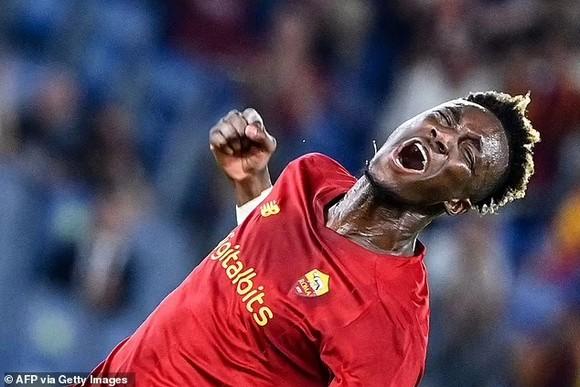 Abraham tỏa sáng trận ra mắt khi AS Roma của Mourinho thắng trận mở mản ảnh 1