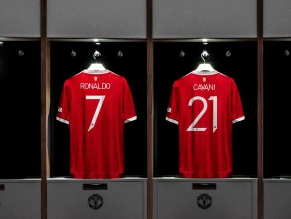 Áo đấu CR7 phá kỷ lục doanh thu với 32 triệu bảng trong 12 giờ, Ronaldo 'nghỉ hè' trong biệt thự ở Manchester ảnh 1